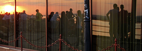 Festivalgäste geniessen den Sonnenuntergang (photo by Anne Wizorek)