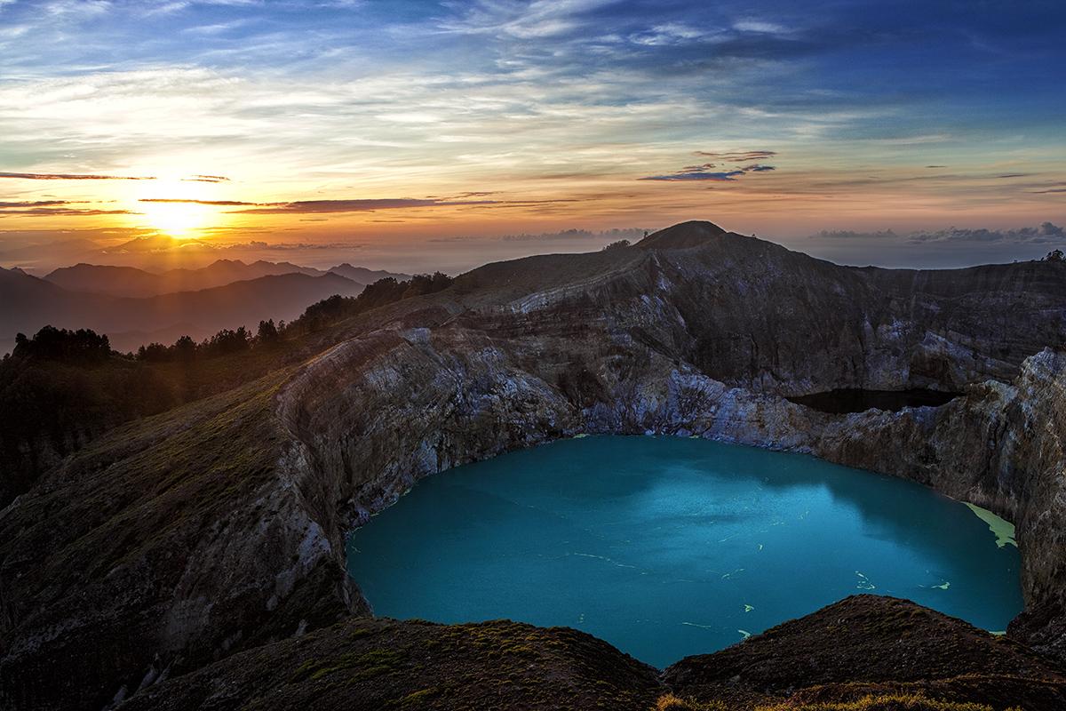 amaneceres en indonesia como el del Monte Kelimutu